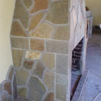камина с облицовъчни камъни от гнайс