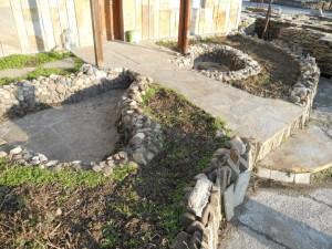 естествени облицовъчни камъни в ландшафта на градината