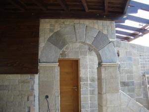 стена от  гнайс
