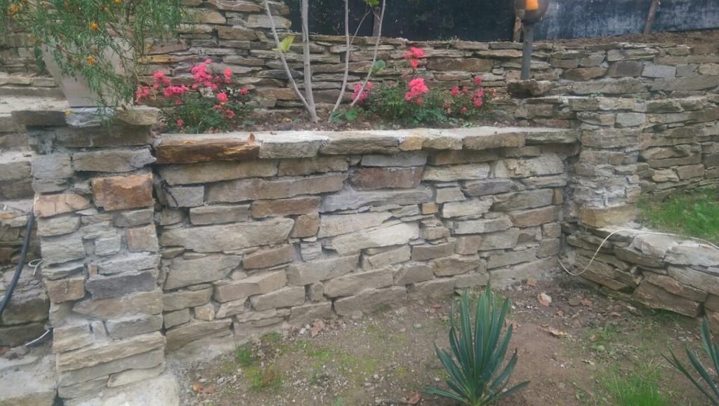 подпорна стена с камък за зидария