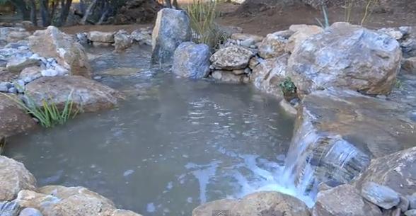 езеро с естествен камък