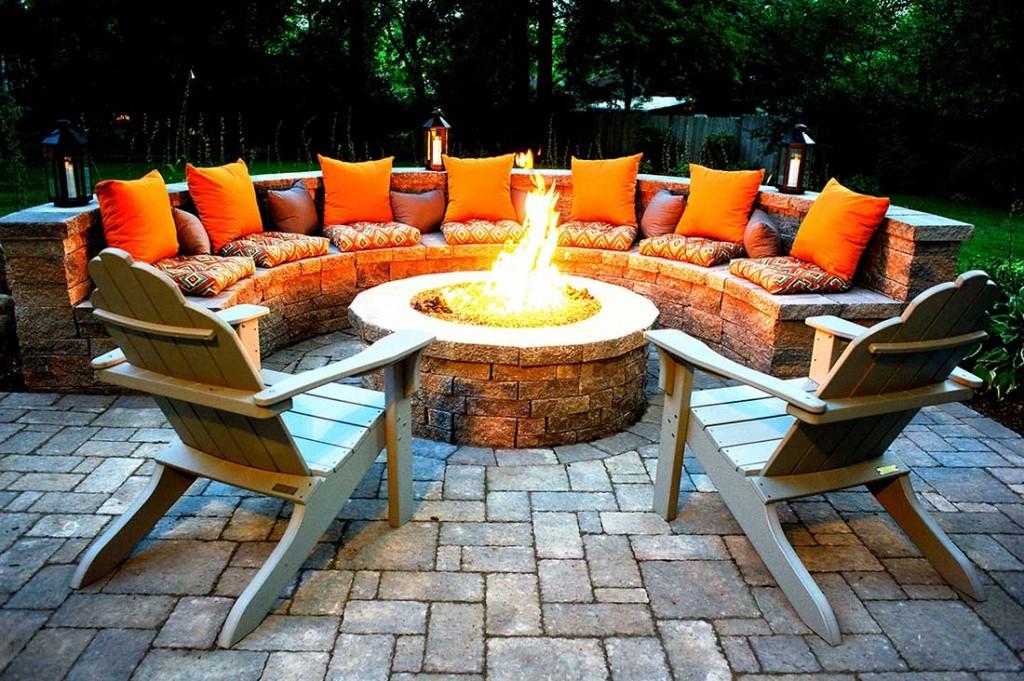 каменно огнище в градината