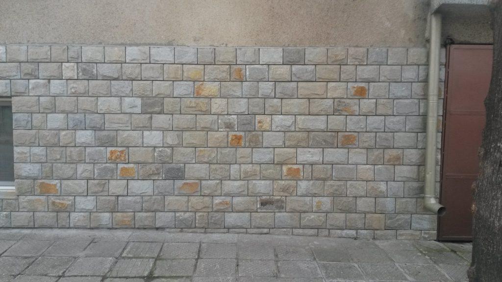 цокъл с камъни