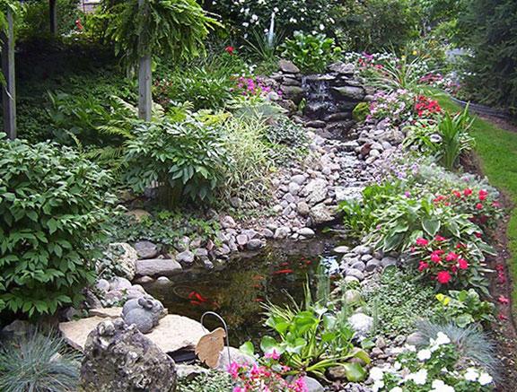 поточета с камъни в градината