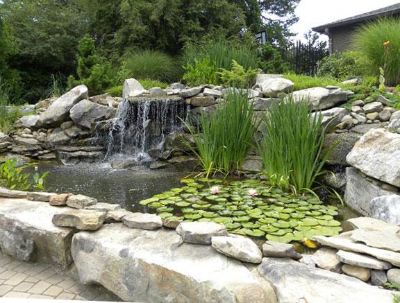 водопад с басейн от камък