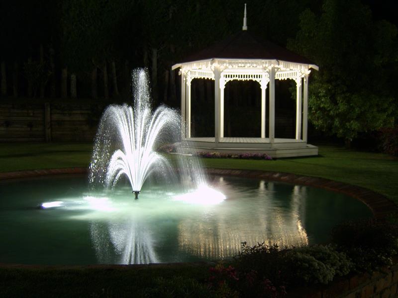 градинско езерце с камъни гнайс