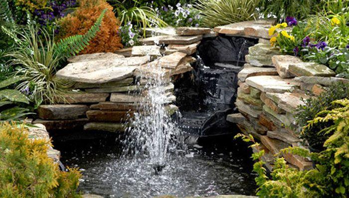 фонтан и езеро с камъни