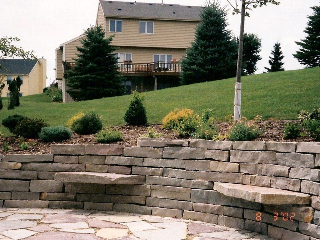 подпорна стена с камък