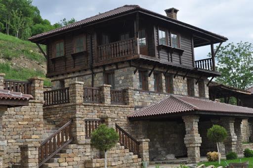 къща с камък