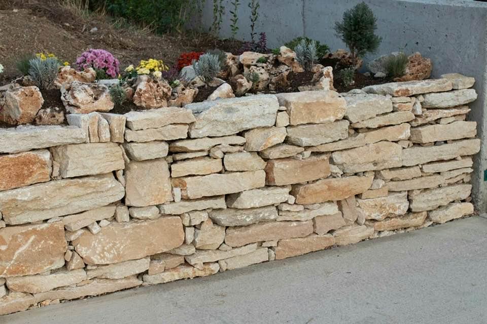 каменни бордюри