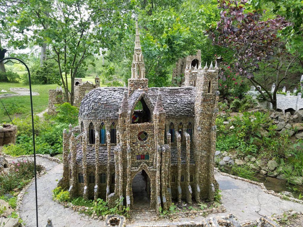 декоративен замък от камъни