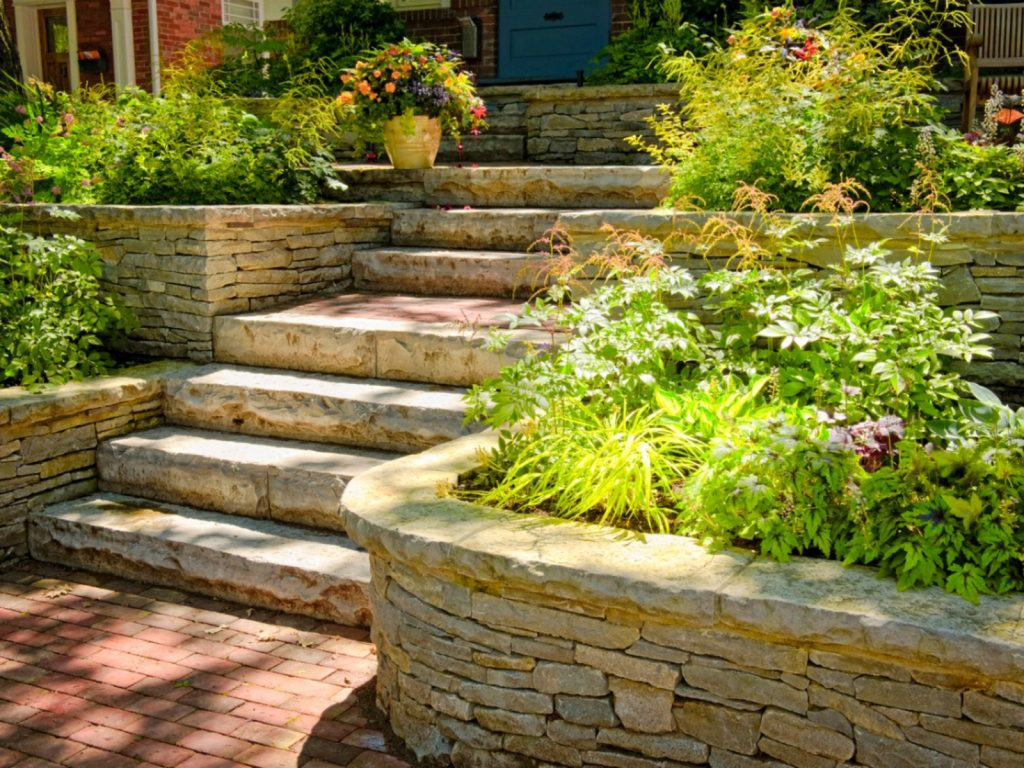 Терасиране на двор с камък