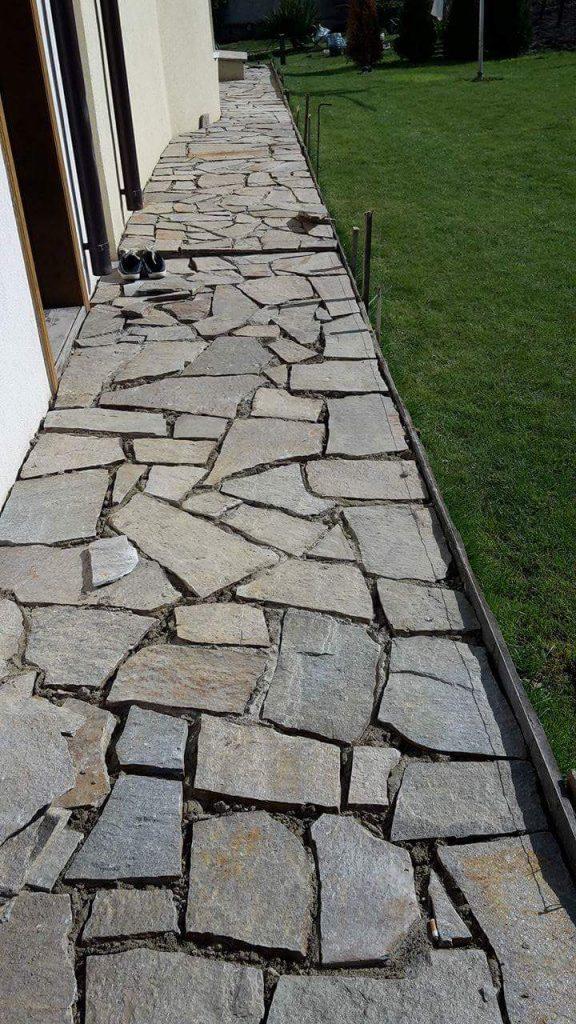 Пътека от камъни на циментова основа