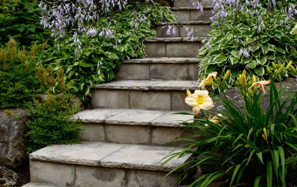 стъпала от камък в двора