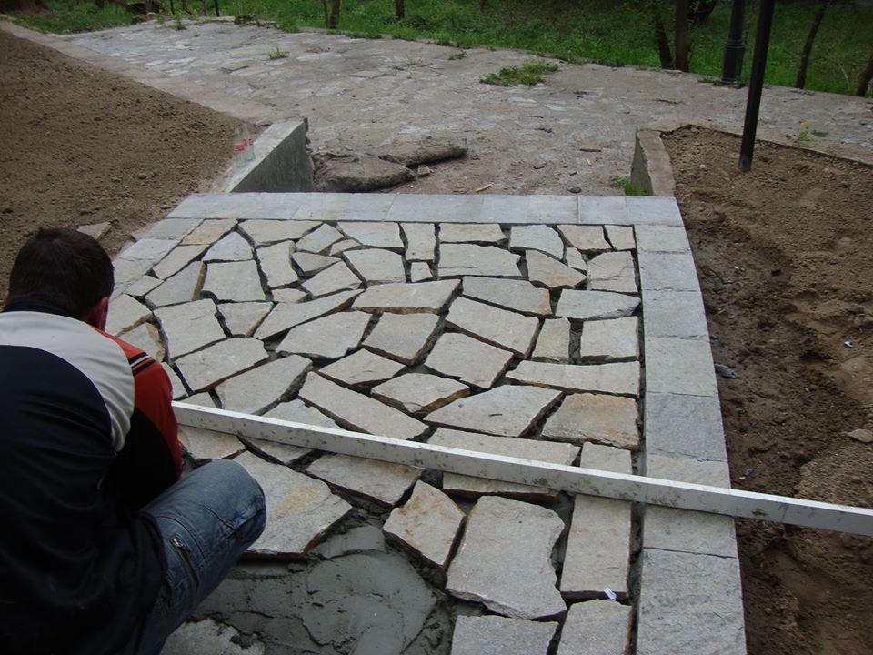 Лепене на настилка от камък