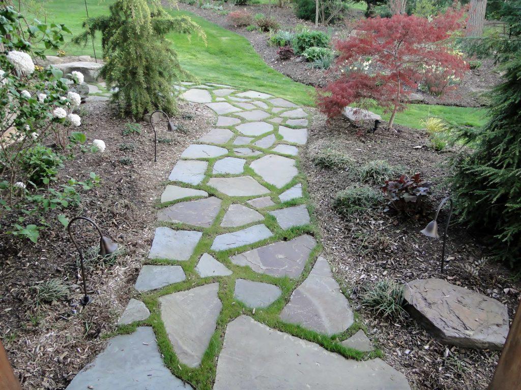 Каменни пътеки с тревна фуга
