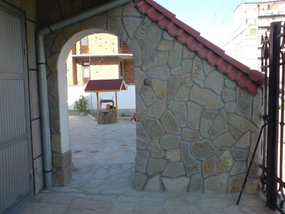 облицовка на стена с камък гнайс