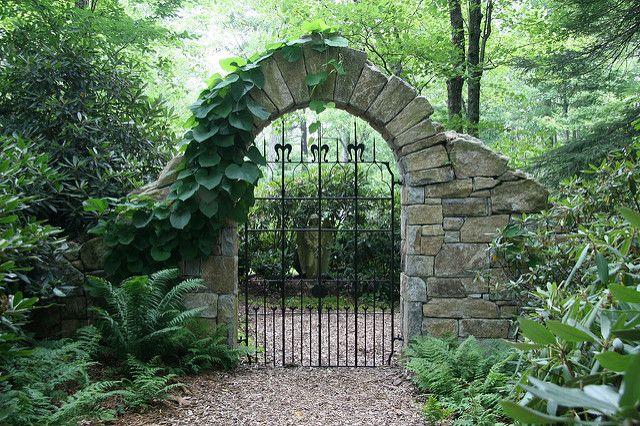 каменна арка на портата